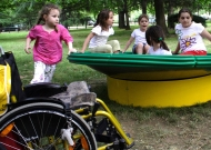 17-parco-giochi-sasso-marconi-nidondolo-gioco-disabili-bambini-adultii-giostra-piano-oscillante-allenamento-sport-leura