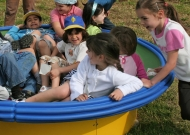 39-parco-giochi-piacenza-nidondolo-giochi-inclusivi-bambini-disabili-giostra-piano-oscillante-allenamento-sport-leura
