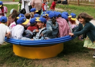 41-parchi-giochi-inclusivi-piacenza-nidondolo-giochi-bambini-disabili-giostra-piano-oscillante-allenamento-sport-leura