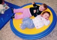 1-asilo-infantile-piacenza-nidondolino-gioco-bambini-disabili-famiglia-giostra-asili-piano-oscillante-riabilitazione-leura