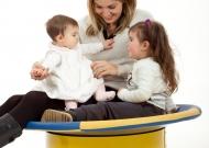 1-nidondolino-gioco-bambini-disabili-famiglia-giostra-piano-oscillante-riabilitazione-leura