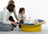 2-nidondolino-gioco-neonati-disabili-famiglia-giostra-piano-oscillante-riabilitazione-leura